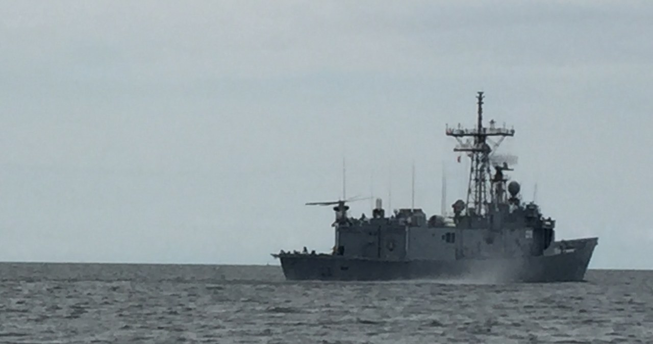 Niezwykle trudny manewr na morzu. Polscy lotnicy dołączyli do fregaty ORP Kościuszko