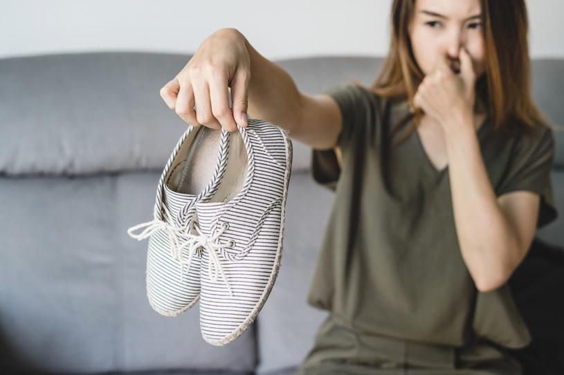 Niezwykle ważna  - szczególnie w miesiącach zimowych i jesiennych – jest prawidłowa pielęgnacja obuwia /123RF/PICSEL