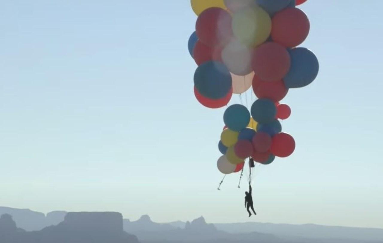 Niezwykły wyczyn iluzjonisty. Przeleciał nad Arizoną uczepiony do 52 balonów z helem