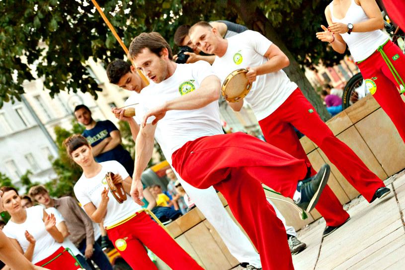 Nigdy nie miałeś nic wspólnego z tańcem i sztukami walki? Nie szkodzi! Capoeira to sport dla każdego /123RF/PICSEL