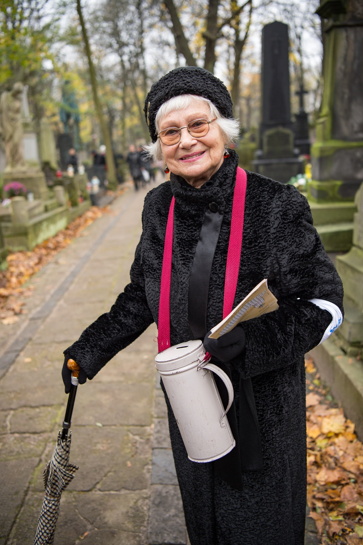 Nigdy nie odmawiała pomocy. Tu podczas zeszłorocznej pierwszolistopadowej kwesty na Cmentarzu Powązkowskim /Agnieszka Sniezko /East News