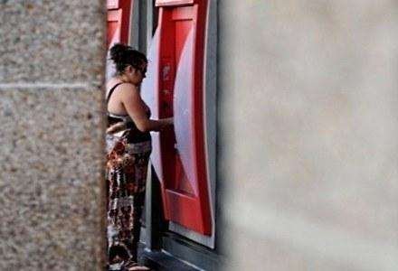 Nigdy nie wiadomo kto majstrował przy bankomacie i kto nas może obserwować /AFP