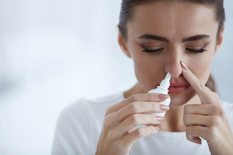 Nigdy nie zapuszczaj kropli do środka nosa ani na wewnętrzną ściankę. Możesz doprowadzić do perforacji przegrody! /123RF/PICSEL