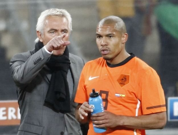 Nigel de Jong (z prawej) za brutalny faul nie dostał powołania od Berta Van Marwijka /AFP