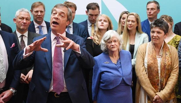 Nigel Farage i przedstawiciele Partii Brexitu /FACUNDO ARRIZABALAGA /PAP/EPA