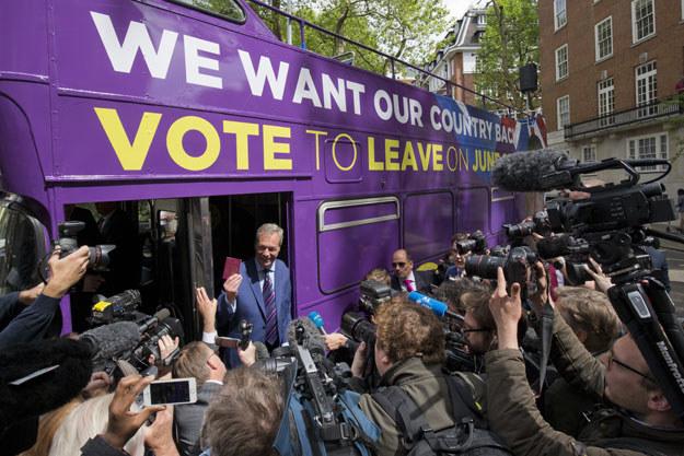 """Nigel Farage z antyunijnej partii UKIP przed autobusem z napisem: """"Chcemy nasz kraj z powrotem. Zagłosuj za wyjściem"""" /AFP"""