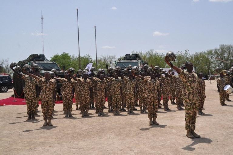 Nigeryjscy żołnierze salutujący podczas wizyty prezydenta w Maiduguri /AUDU MARTE / AFP /AFP
