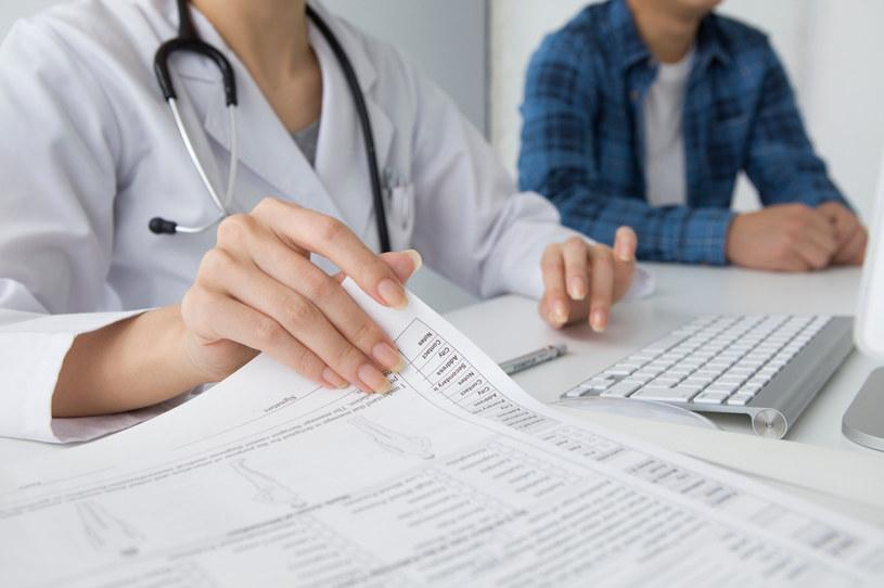 NIK zaznacza, że w 86 proc. skontrolowanych podmiotów nie wykorzystano możliwości odciążenia pracy lekarzy poprzez nadanie asystentom medycznym odpowiednich uprawnień do wystawiania e-zwolnień, e-recept i e-skierowań /123RF/PICSEL