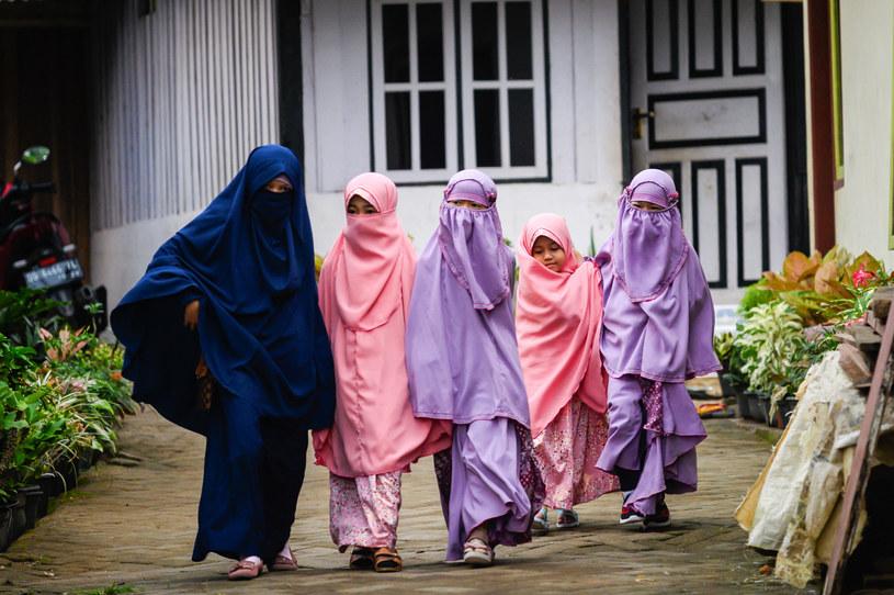 Nikab jest strojem, który zakrywa niemal całą powierzchnię ciała kobiety /Hariandi Hafid /Getty Images