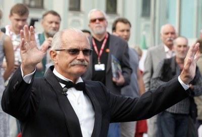 Nikita Michałkow na otwarcie festiwalu przybył w stroju galowym /