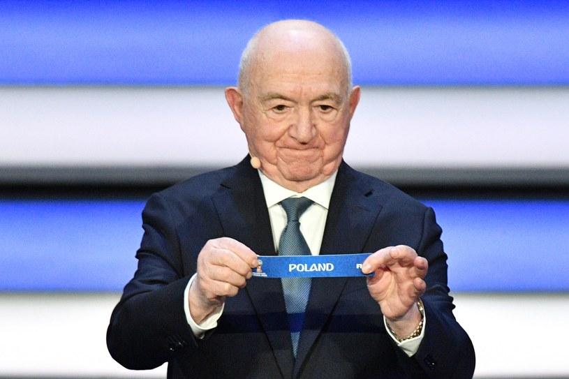 Nikita Simonjan wyciąga kulkę z reprezentacją Polski podczas losowania grup MŚ /AFP