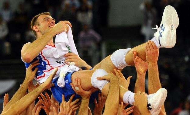 Nikola Grbić na rekach kolegów z reprezentacji /AFP