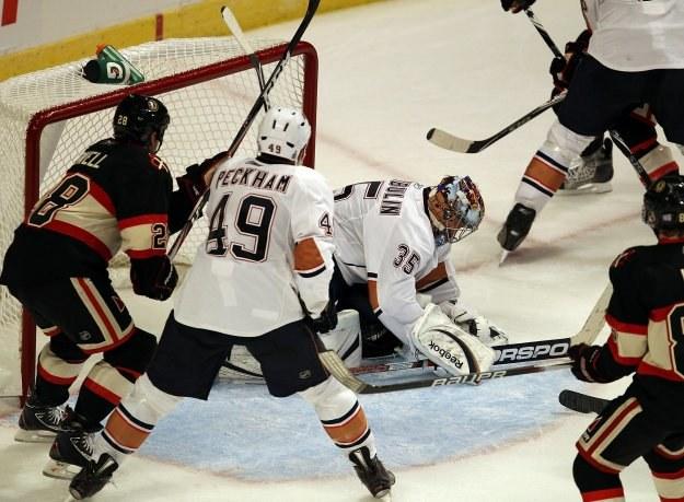 Nikołaj Chabibulin dobrze spisywał się w bramce Oilers w meczu z Blackhawks /AFP