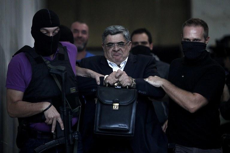 Nikos Michaloliako eskortowany na policję, zdj. z 2013 roku /Angelos Tzortzinis /AFP