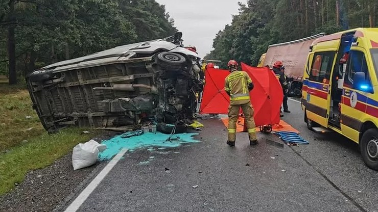 Nikt na miejscu wypadku nie zauważył ciała w dostawczym samochodzie; źródło: PSP Toruń /