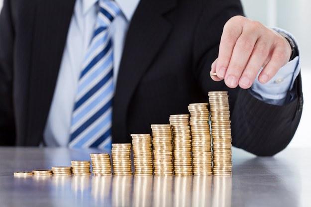Nikt nie odwróci się od 557 tys. złotych  pensji... /123RF/PICSEL