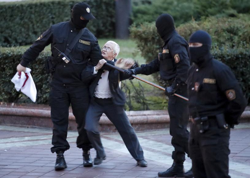 Nina Bahińska w nierównej walce z milicją /AP/Associated Press /East News