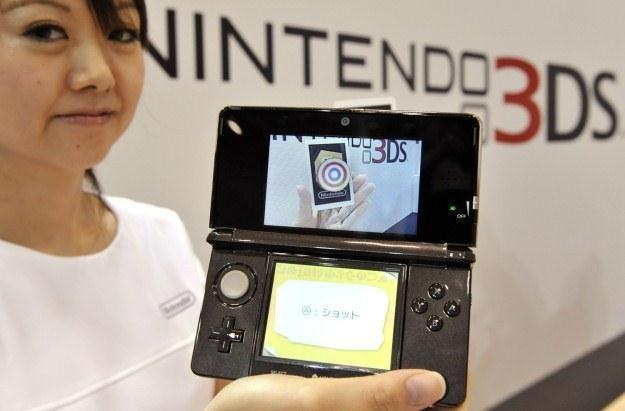 Nintendo 3DS - pierwsza konsolka przenośna nowej generacji /AFP