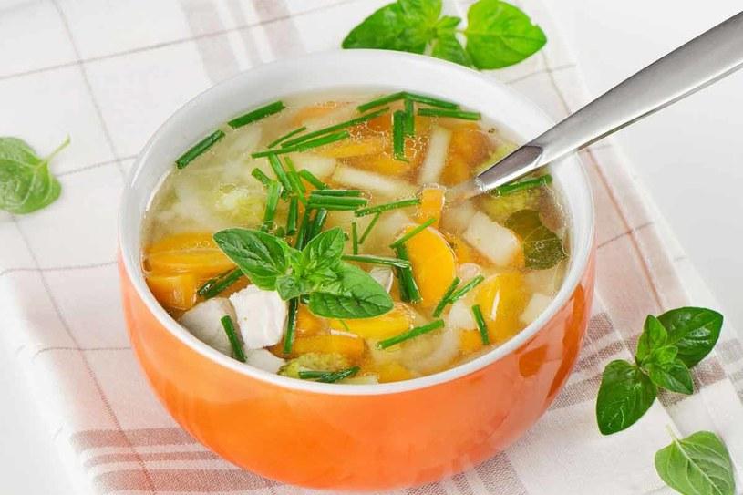 Niskokaloryczna zupa z jesiennych warzyw /123RF/PICSEL
