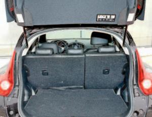 Nissan Juke wygląda bojowo, ale to tak naprawdę miejskie autko z 250-litrowym bagażnikiem /Auto Moto
