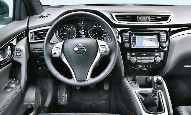 NISSAN Kokpit typowy dla nowych Nissanów – przyjazny w obsłudze i nieźle wykończony. Plus za miękką podpórkę pod kolano kierowcy (z efektownym podświetleniem). /Motor