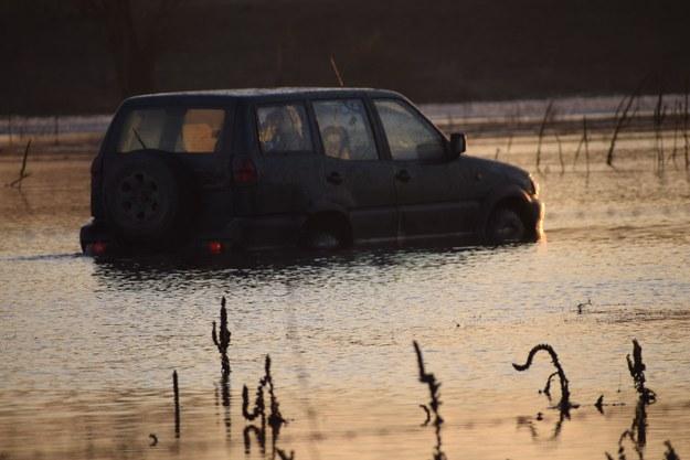 Nissan Terrano do progów zanurzony w wodzie. Czy to już zagrożenie bezpieczeństwa pasażerów? /Policja