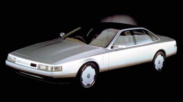 Nissan wyposażony jest w radar laserowy informujący kierowcę o przeszkodach na drodze. /Nissan