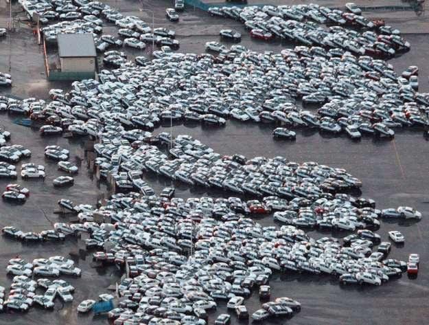 Nissany i infiniti po fali, ale przed pożarem /AFP