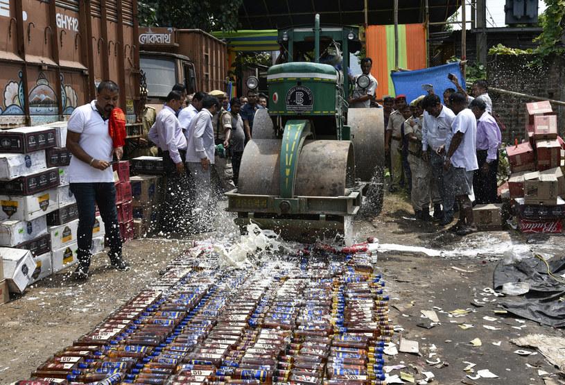 Niszczenie trunków to w Indiach bardzo popularna praktyka. Na zdjęciu likwidacja butelek alkoholu z 2018 roku /David Talukdar/NurPhoto /Getty Images