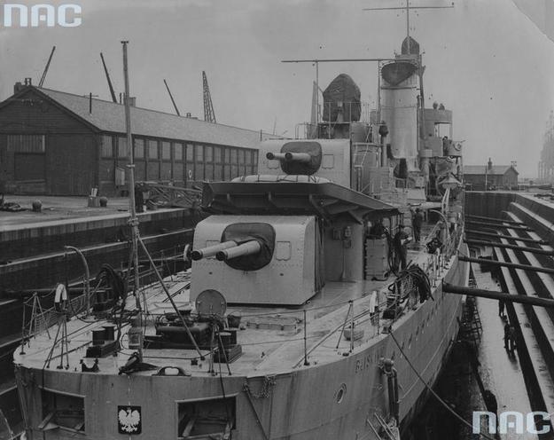 """Niszczyciel ORP """"Błyskawica"""" w doku wykończeniowym /Z archiwum Narodowego Archiwum Cyfrowego"""