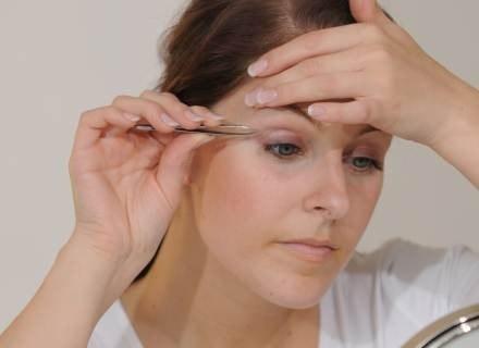 Nitkowanie pozwala precyzyjnie wyregulować brwi.