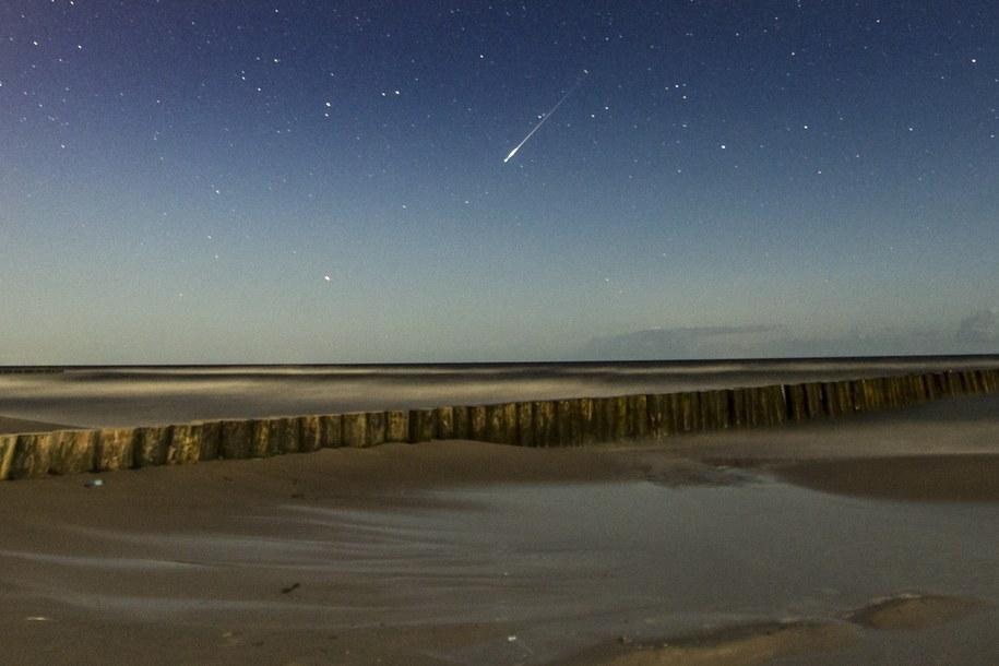Noc spadających gwiazd widziana z plaży nad morzem Bałtyckim /Łukasz Ogrodowczyk /PAP
