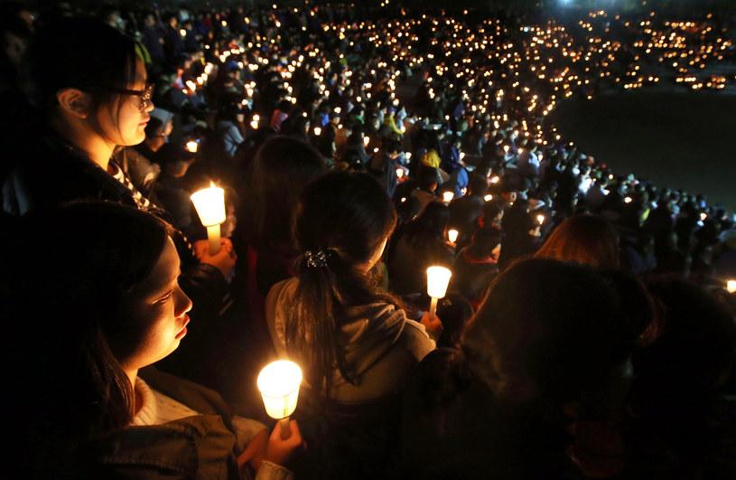 Nocne czuwanie, którego uczestnicy modlili się, by służbom ratunkowym udało się znaleźć zaginionych pasażerów /Getty Images