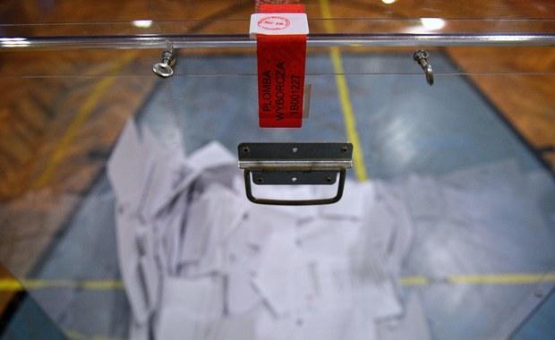 Nocne poszukiwania tuszu do drukarki, skupowanie znaczków z okolicy. Polskie konsulaty nie były przygotowane do wyborów