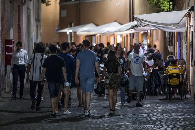 Nocne życie powoli wraca do rzymskiej dzielnicy Trastevere /ANGELO CARCONI /PAP/EPA