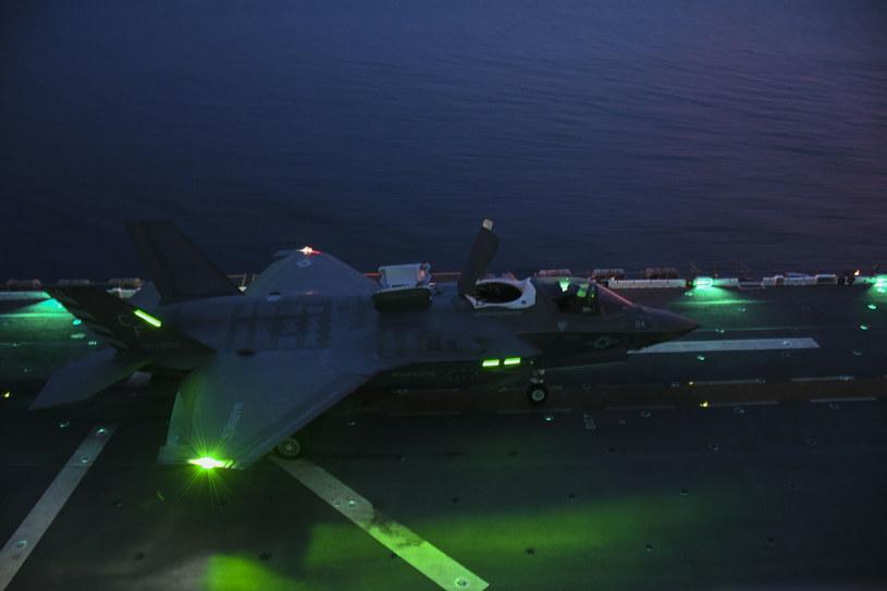 Nocny start F-35B z pokładu lotniskowca /Jacob Owen /East News