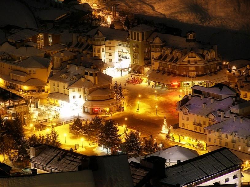 Nocny widok na Pradollano w Sierra Nevada w Hiszpanii /Francisco Andrade /123RF/PICSEL