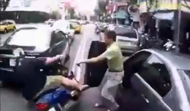 """""""Nokaut"""" drzwiami, to dopiero początek problemów motocyklisty /"""