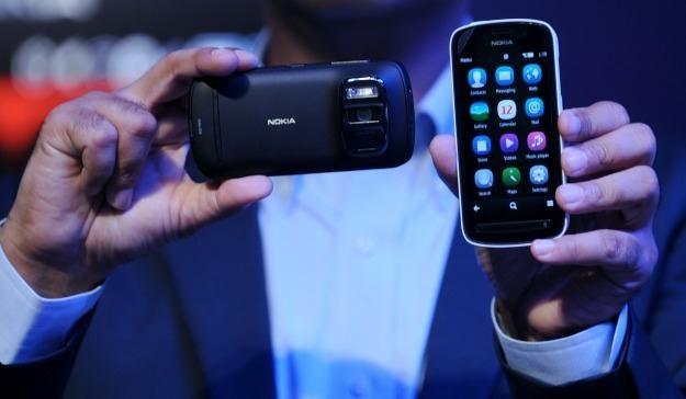 Nokia 808 PureView - czy jego następca będzie miał Windows Phone? /AFP