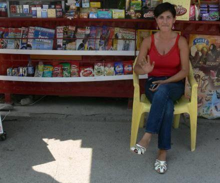 Nora przed swoim kioskiem przy moście w Kosovskiej Mitrovicy /INTERIA.PL
