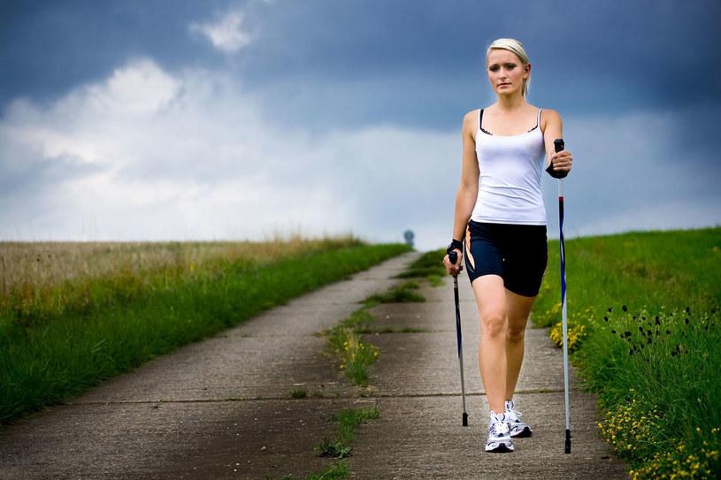 Nordic walking polecany  jest osobom ze słabszymi  stawami i mięśniami. /123RF/PICSEL