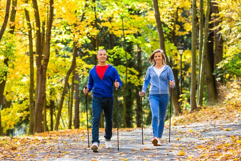 Nordic Walking warto uprawiać jesienią /123RF/PICSEL