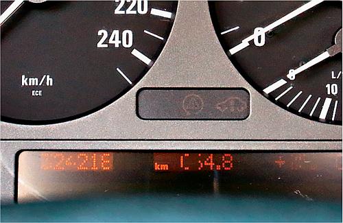 Norma w starszych egzemplarzach BMW - wypalają się piksele na wyświetlaczach. /Motor