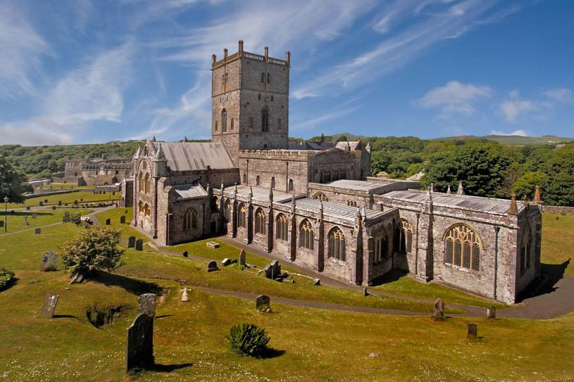 Normańska katedra w Saint David's. Pierwszy kościół wzniósł tu w VI wieku sam Dewi Sant, przyszły patron Walii /123RF/PICSEL