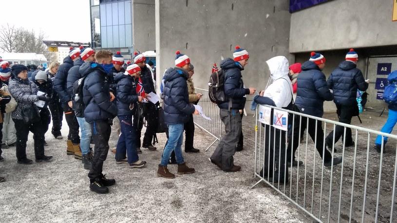 Norwescy fani wchodzą na stadion, by znów cieszyć się z medalu w biegach /INTERIA.PL