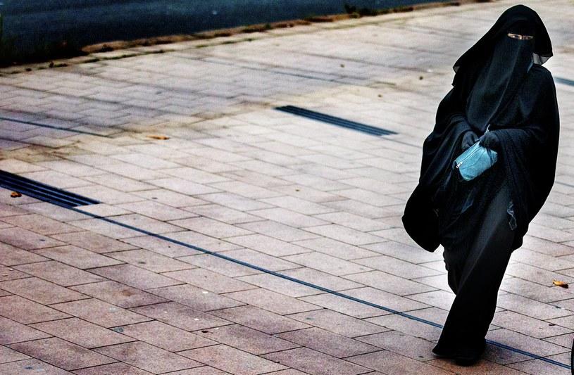 Norweski rząd chce wprowadzić zakaz noszenia islamskich chust już od 2018 roku. /AFP