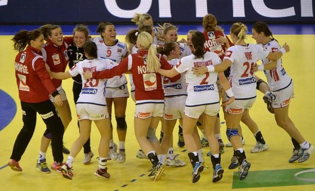 Norweskie zawodniczki cieszą się z wygranej /TIBOR ILLYES /PAP/EPA