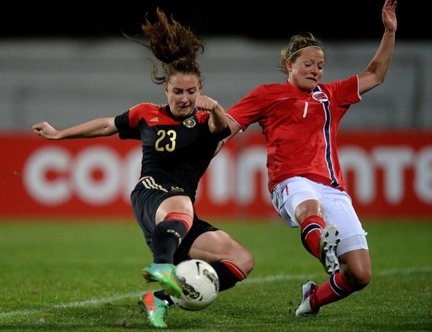 Norweżka Trine Roenning (z prawej) w walce z Niemką Sarą Dabritz /AFP