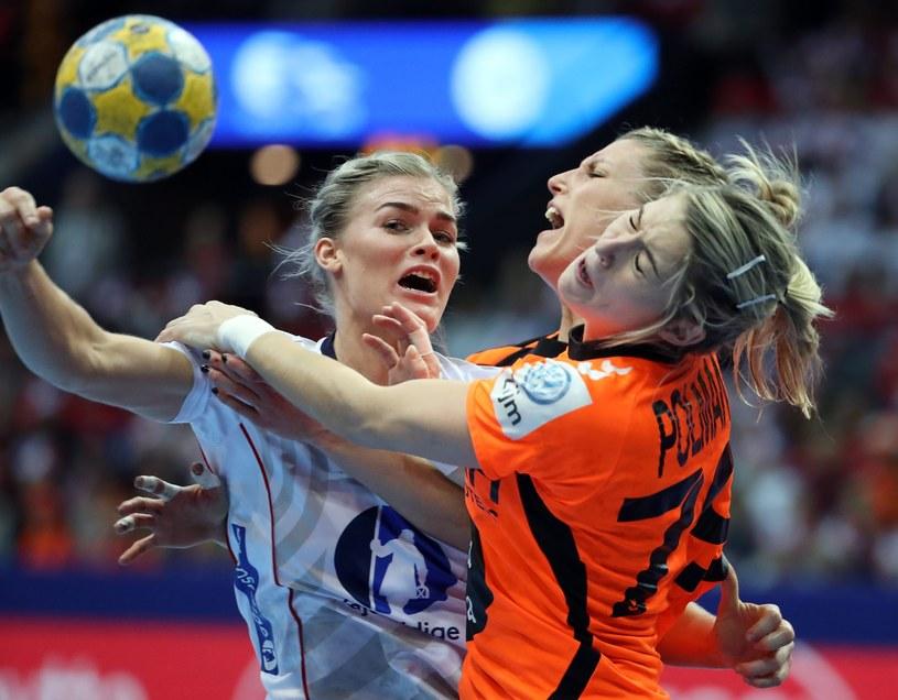 Norweżka Veronica Kristiansen zatrzymywana przez Estevanę Polman i Cornelię Groot /PAP/EPA