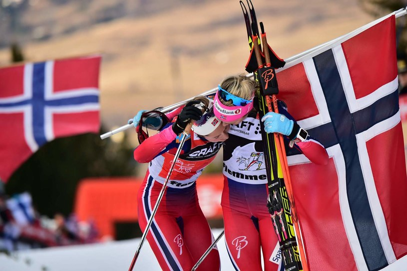 Norweżki Ingvild Flugstad Oestberg (L) i Therese Johaug /AFP